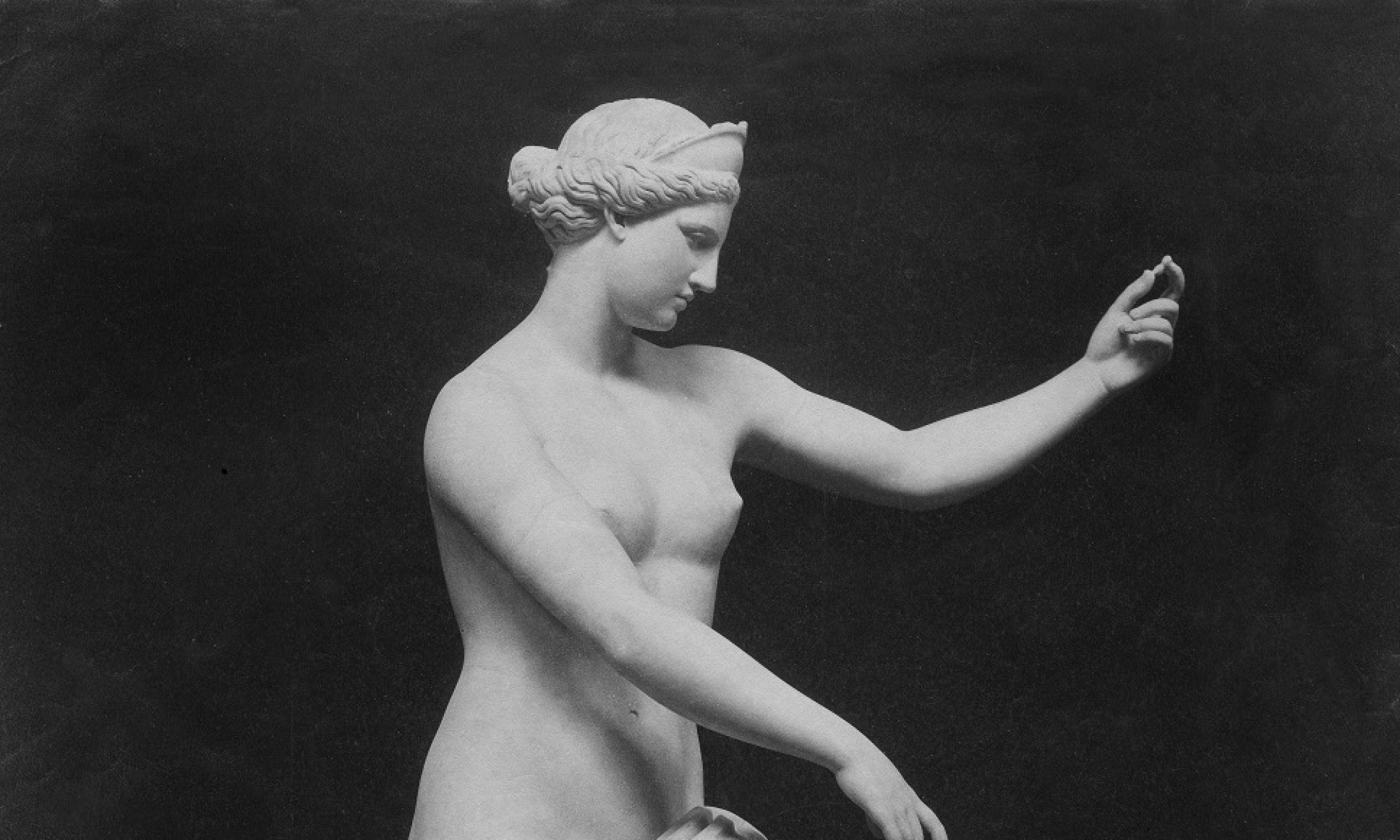 Wenus z Capua, rzeźba wykonana w imperium Hadriana, obecnie znajduje się w Muzeum Archeologicznym w Neapolu. Istnieje teoria, że Wenus z Milo i z Capua są kopiami oryginalnej zaginionej Afrodyty. Fot. ullstein bild/ullstein bild via Getty Images)