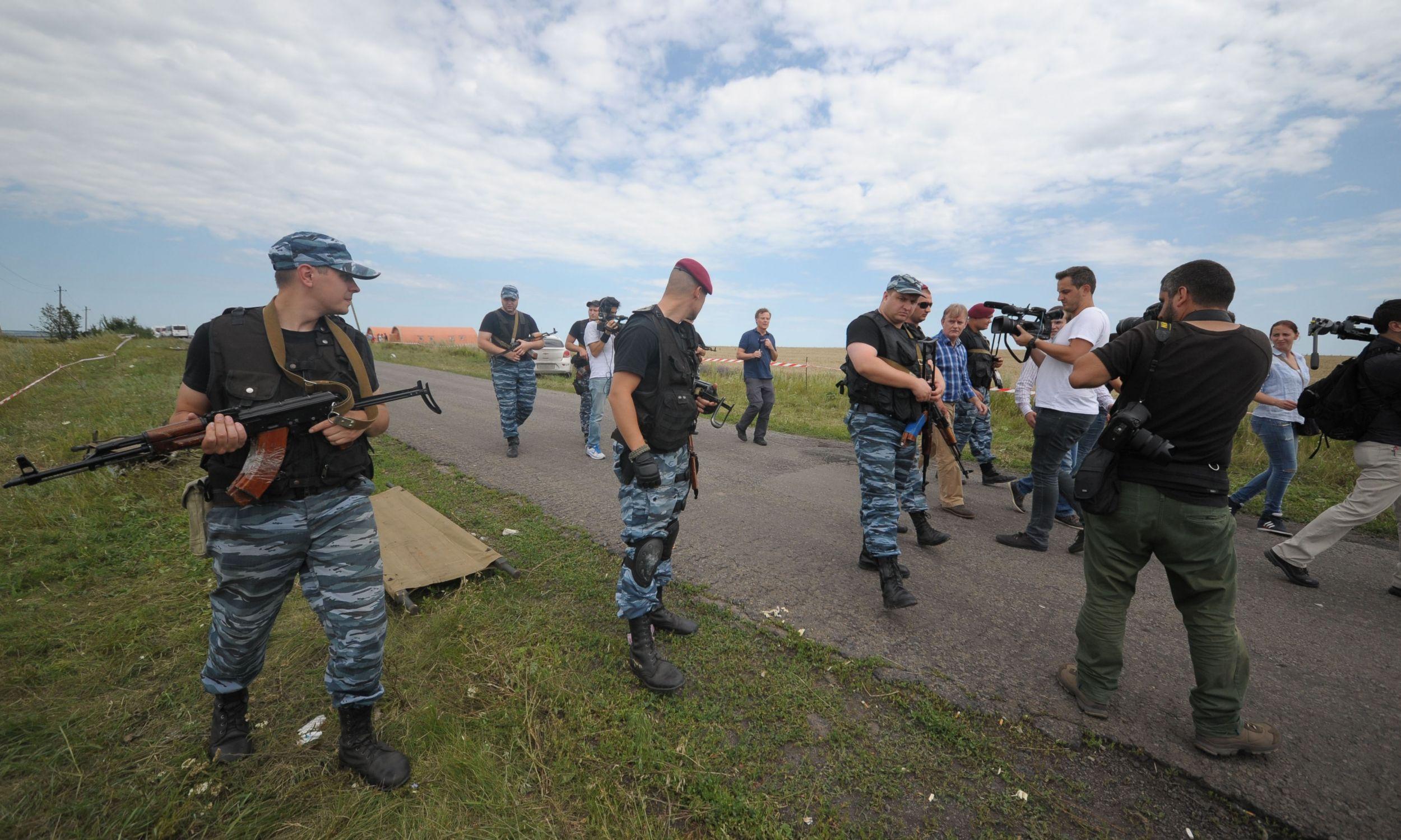 Prorosyjscy separatyści otoczyli miejsce katastrofy, nie dopuszczając do niego mediów. Pod kontrolą separatystów przedstawiciele Organizacji Bezpieczeństwa i Współpracy w Europie (OBWE)  będą przeprowadzić inspekcję w rejonie zestrzelenia samolotu. Fot. Soner Kilinc / Anadolu Agency/Getty Images
