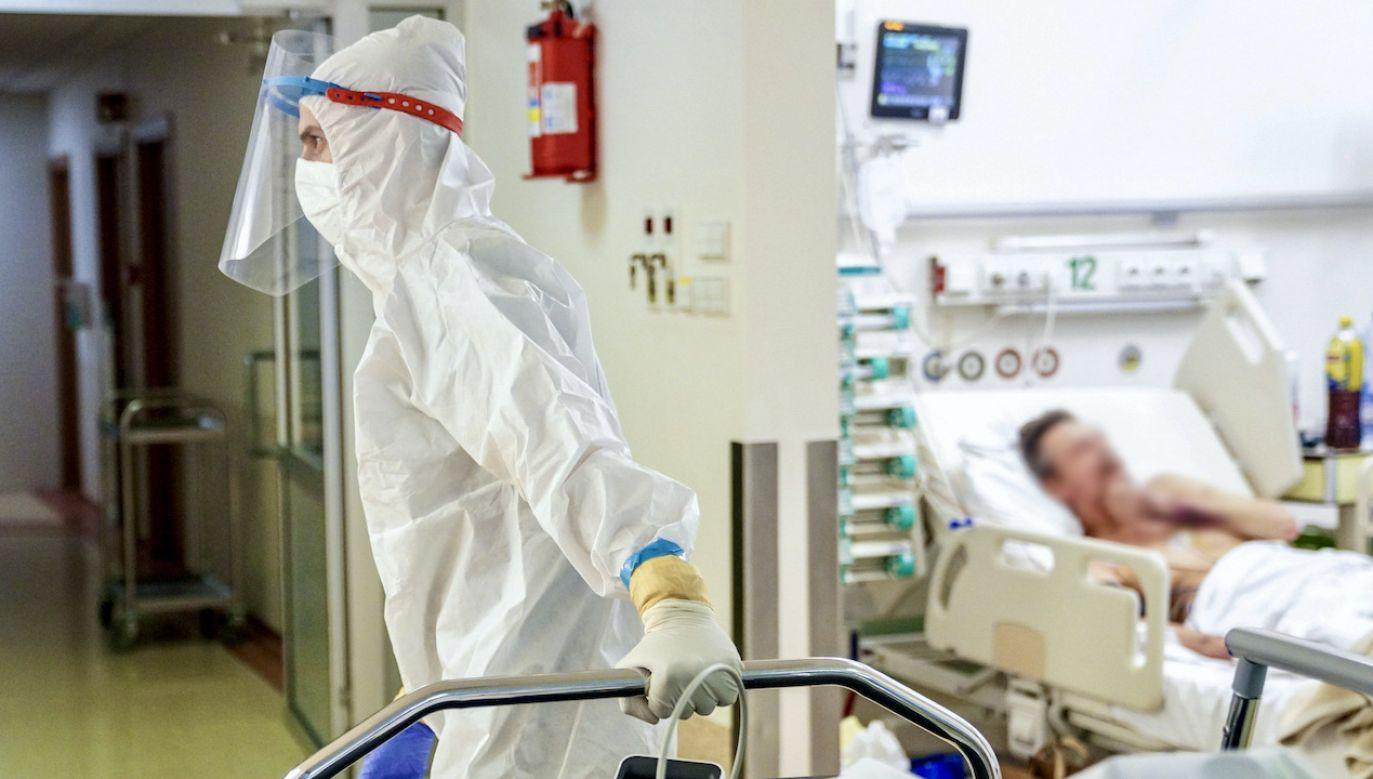 Coraz więcej młodych osób jest hospitalizowanych ze względu na COVID-19 (fot. PAP/Leszek Szymański)