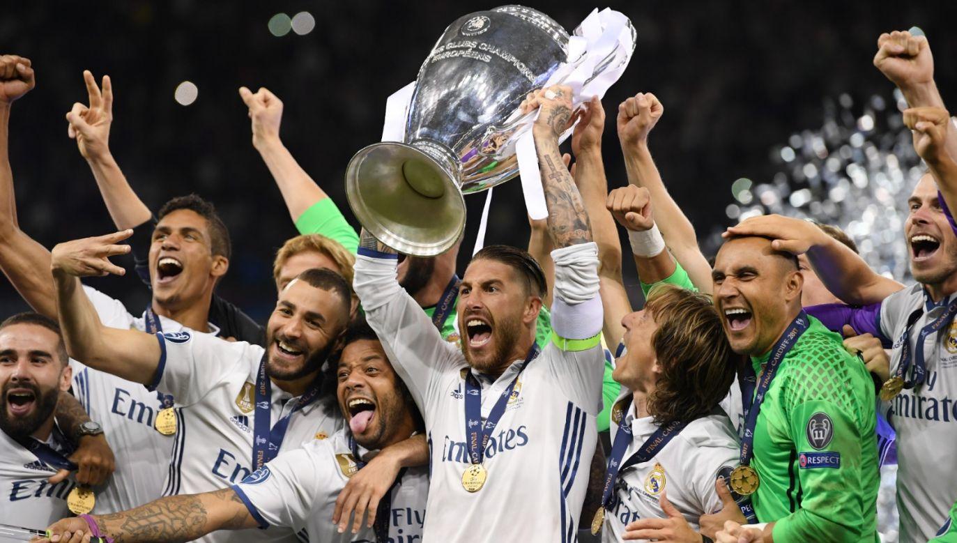 Sergio Ramos (z pucharem) odchodzi z Realu Madryt (fot. Getty).