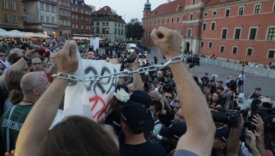 Uczestnicy kontrmanifestacji zorganizowanej przez ruch społeczny Obywatele RP, Obywatele Solidarni w Akcji (OSA) i Stowarzyszenie na Rzecz Demokracji TAMA (fot. PAP/Tomasz Gzell)