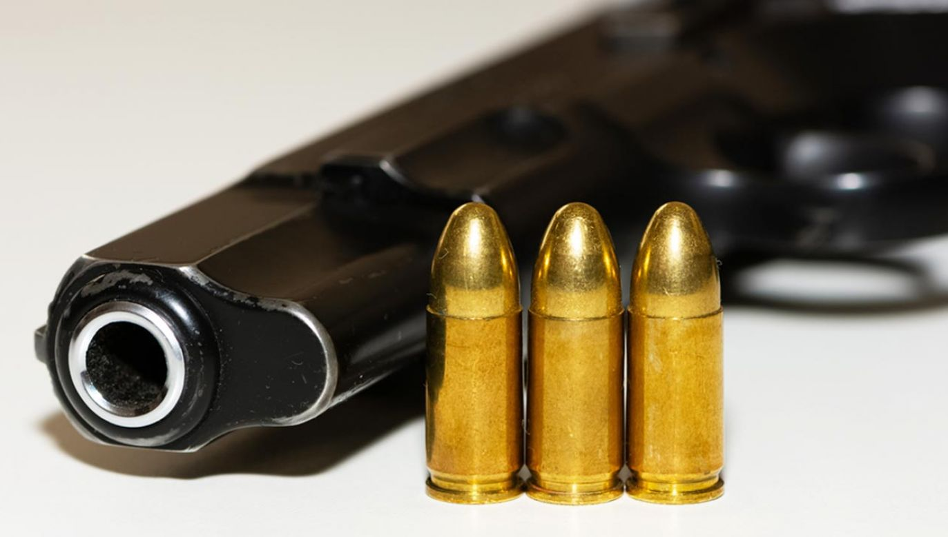 Dwulatek postrzelił się z załadowanej broni pozostawionej w plecaku (fot. Shutterstock/ Akif CUBUK)