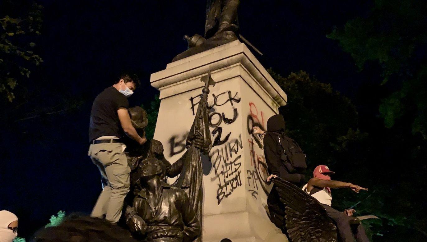 Cokół pomnika został zamalowany (fot. tt/@p_zuchowski)