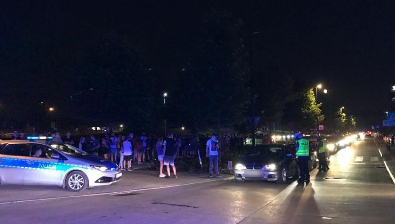 Policjanci przestrzegają młode osoby, by nie dawały się namówić do udziału w nielegalnych wyścigach (fot.slaska.policja.gov.pl)