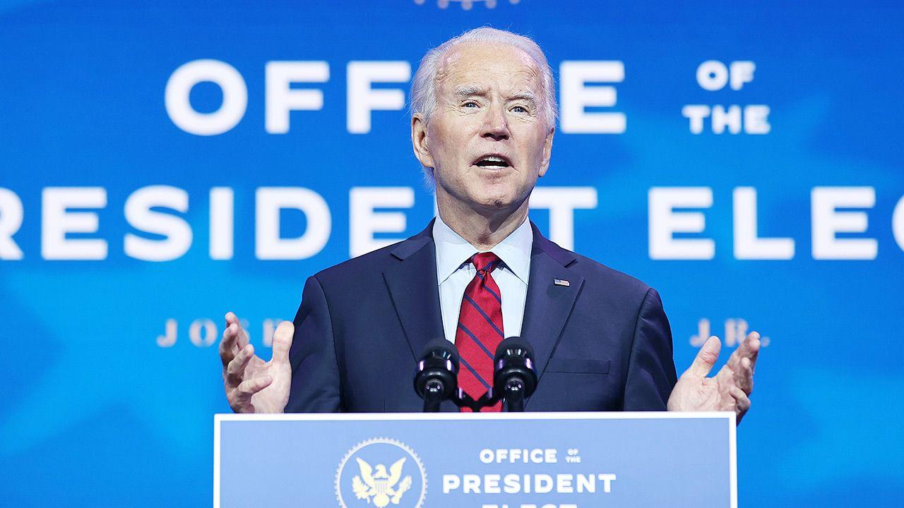 Biden poprosił wszystkich Amerykanów o noszenie maseczek przez pierwsze 100 dni jego prezydentury (fot. Chip Somodevilla/Getty Images)