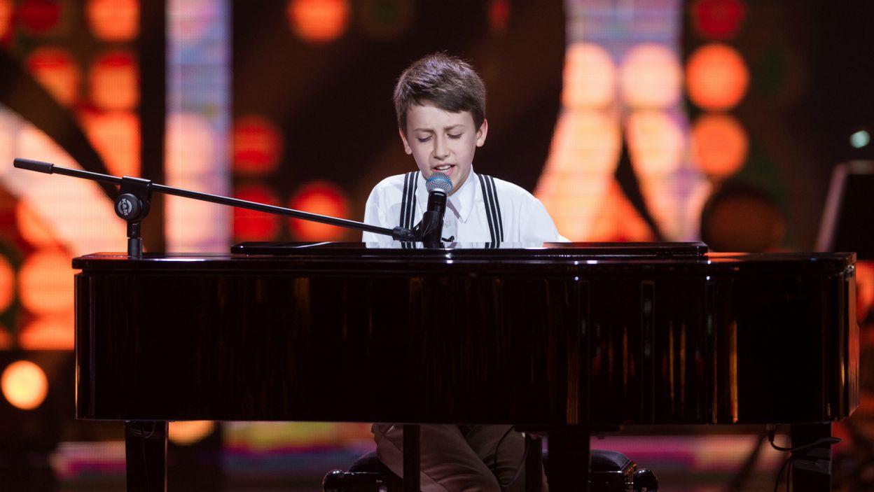 Potem na scenie pojawił się muzykalny Paweł, który nie dość, że śpiewał, to jeszcze grał na fortepianie (fot. TVP)