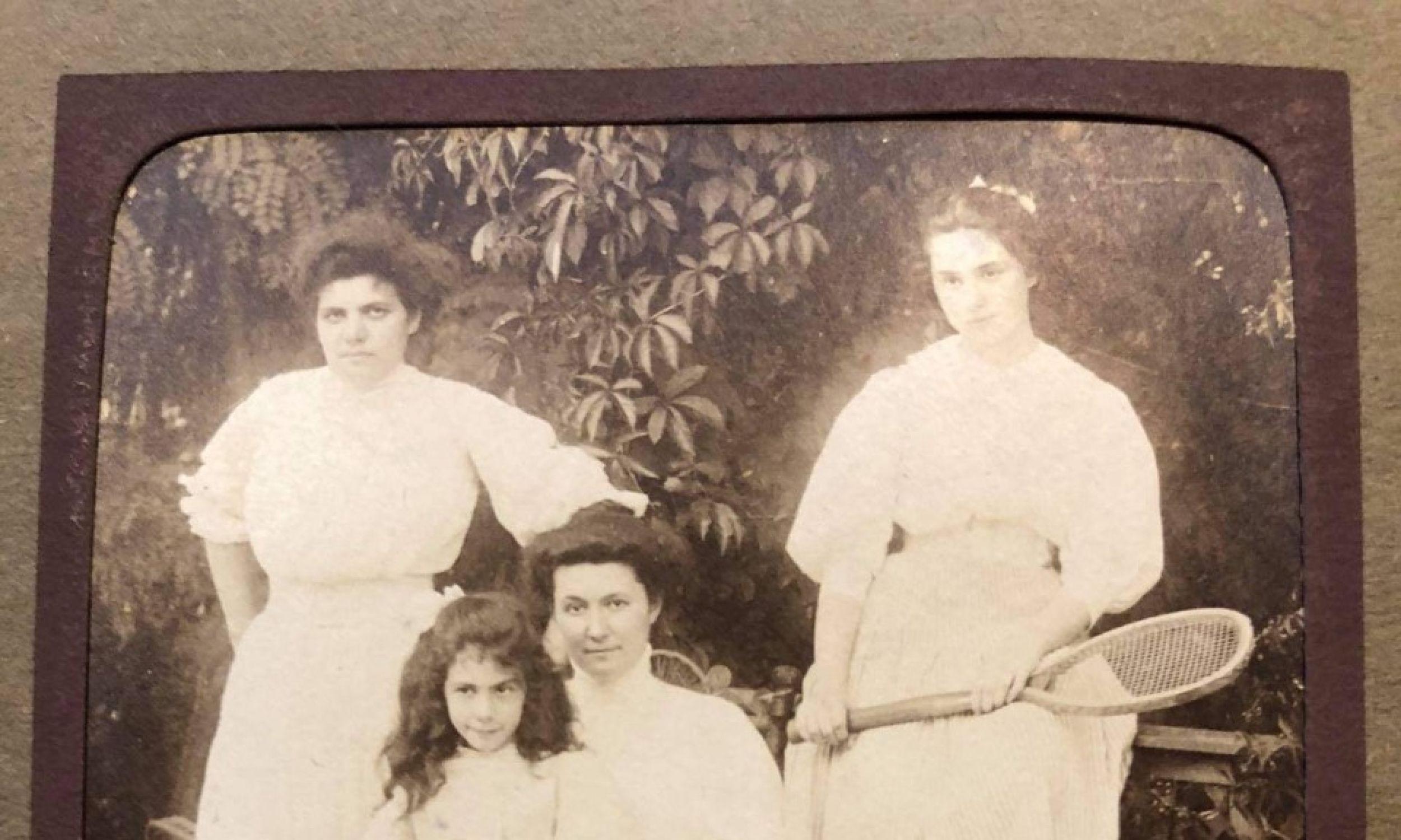 Siostry Goldfeder z matką Jeanne z domu Citroën: na ziemi siedzi Alicja, na kolanach matki Amelia, z rakietą na płocie Zuzanna. Z lewej stoi prawdopodobnie guwernantka. Zdjęcie wykonano ok. 1910 r. Fot. Archiwum rodzinne.