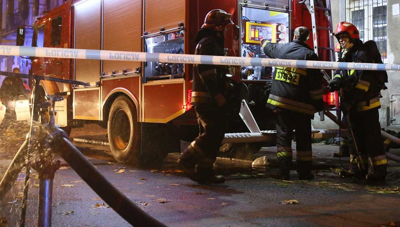 Najprawdopodobniej zapaliły się śmieci pozostawione przed budynkiem (fot. arch. PAP/Leszek Szymański)