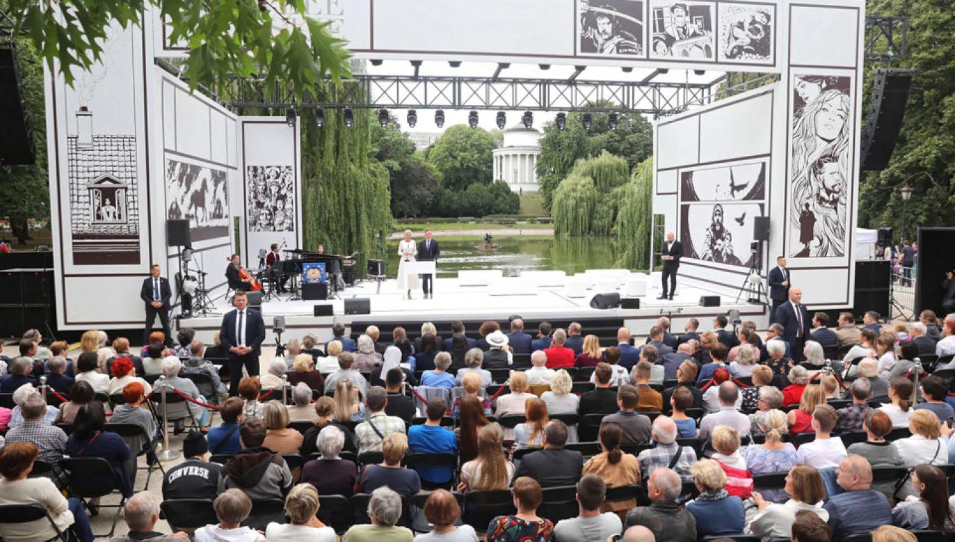 Para prezydencka zainaugurowała Czytanie w warszawskim Ogrodzie Saskim (fot. PAP/Tomasz Gzell)