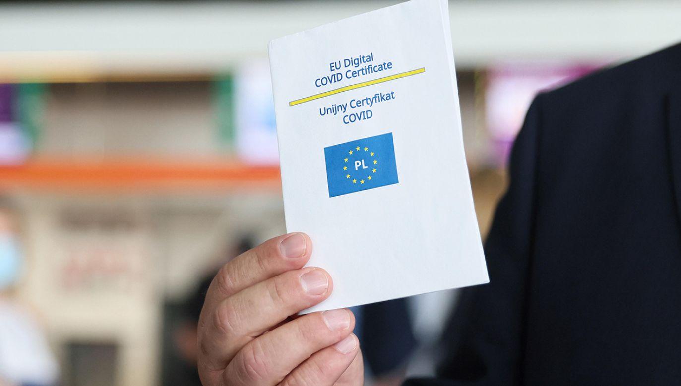 Zjawisko handlu certyfikatami covidowymi  jest przedmiotem zainteresowania resortu zdrowia (fot. arch.PAP/Leszek Szymański)