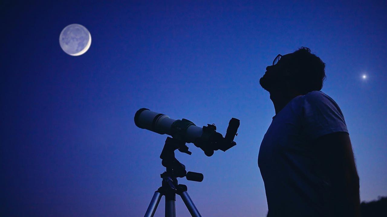 Obserwacje widowiskowej koniunkcji najlepiej rozpocząć około godz. 3 nad ranem (fot. Shutterstock/ AstroStar)