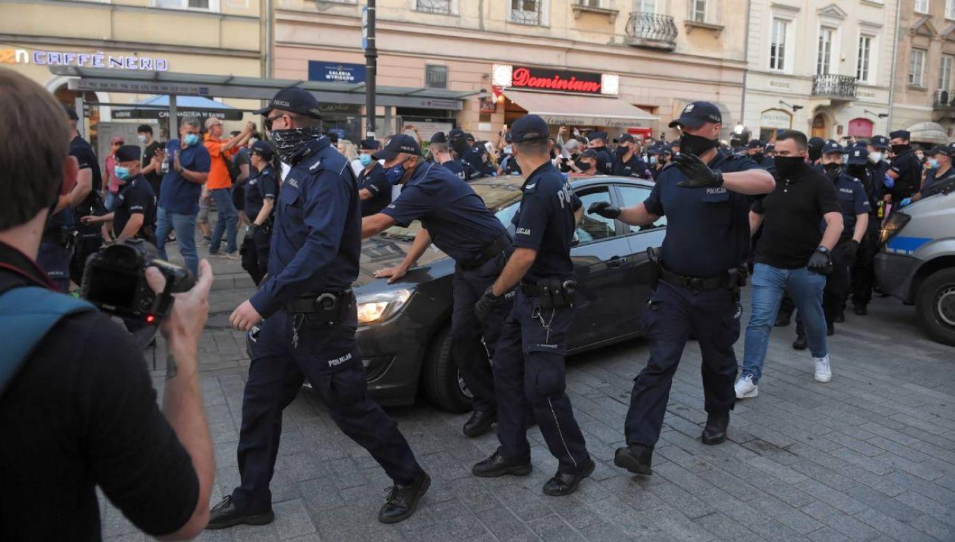 Akcja policji podczas protestu aktywistów LGBT na Krakowskim Przedmieściu w Warszawie (formalnie Michała Sz.) (fot. PAP/Radek Pietruszka)
