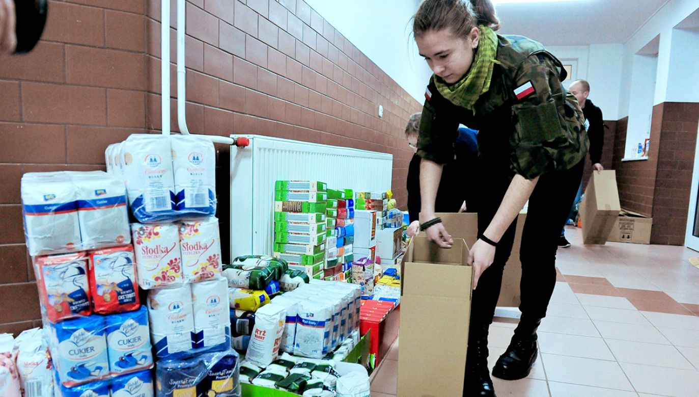 Młodzież zaangażowała się w świąteczną zbiórkę dla weteranów (fot. arch. PAP/Marcin Bielecki)
