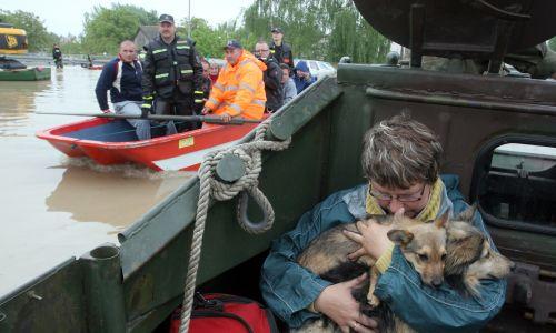 Maj 2010 roku. Wisła przerwała wał przeciwpowodziowy w okolicach Sandomierza  i zalała niżej położone dzielnice z prawej strony miasta. Fot. PAP/Piotr Polak