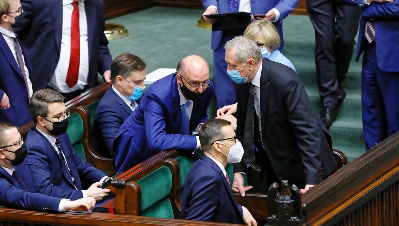 Jeśli jest większość dla konstruktywnego wotum nieufności, to wniosek zawsze można złożyć – wyjaśnia politolog (fot. PAP/Rafał Guz)
