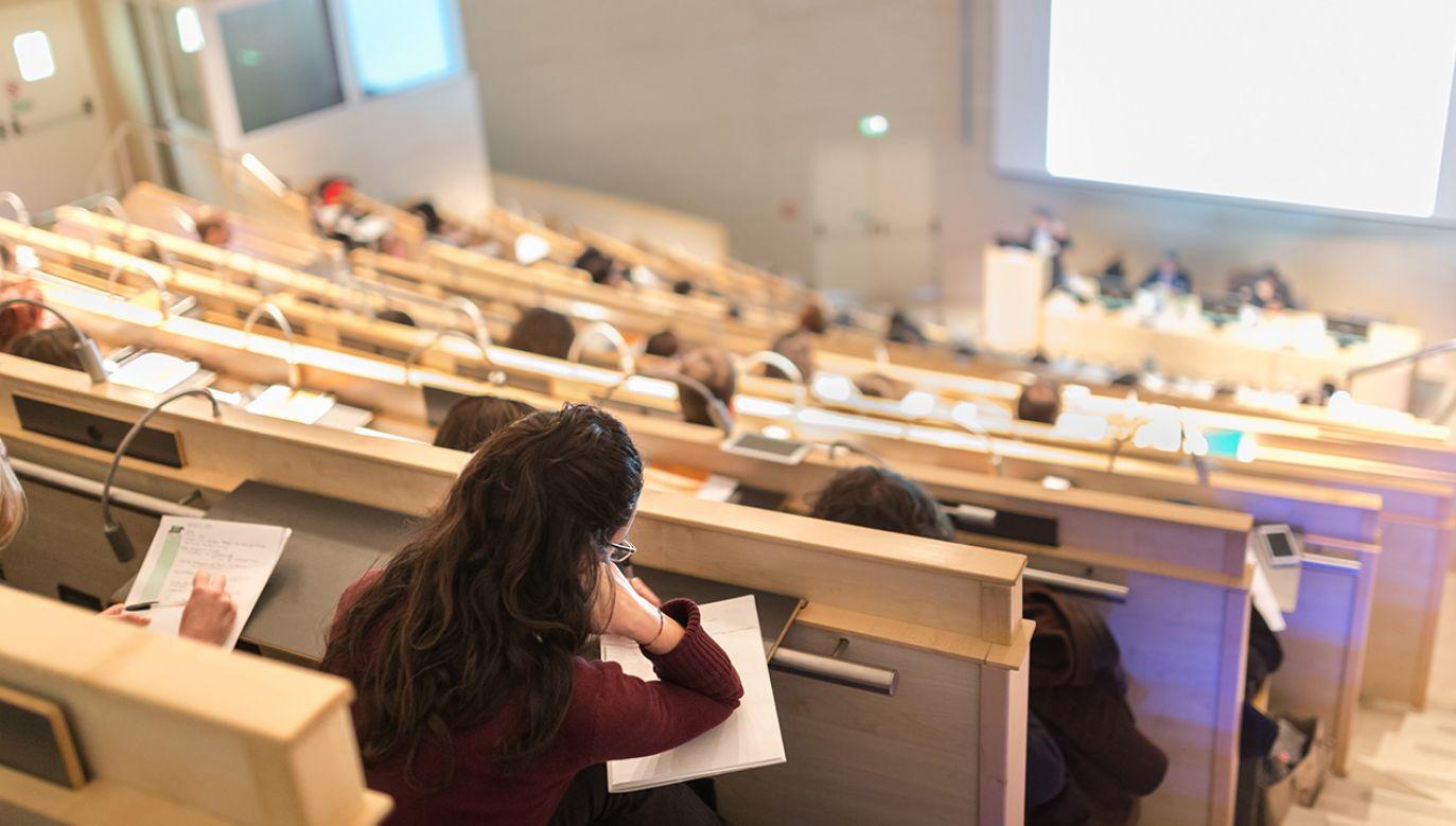MNiSW pracuje nad przedłużenie grantów i ich rozliczeń (fot. Shuttertsock/Matej Kastelic)