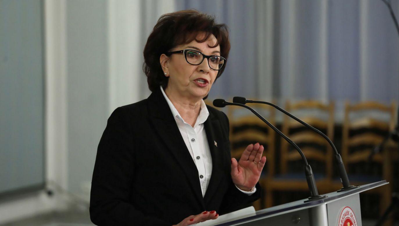 Marszałek Sejmu Elżbieta Witek podczas wypowiedzi dla mediów (fot. PAP/Tomasz Gzell)