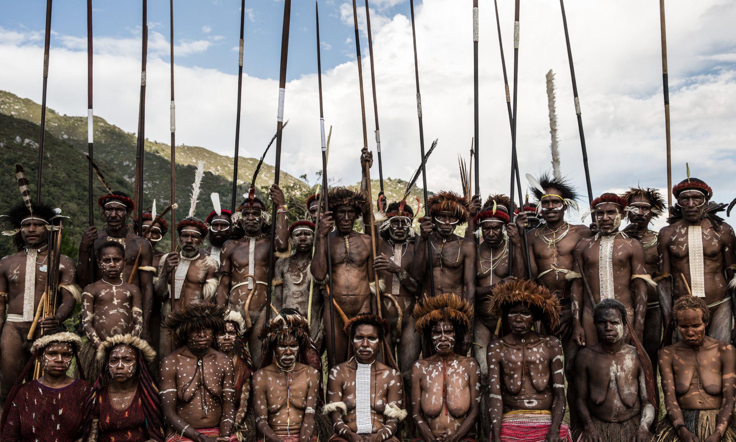 Plemiona z Papui podczas 25 Festiwalu Kultury Doliny Baliem w sierpniu 2014 r. W Dolinie mieszkają trzy plemiona Papuasów: Dani, Lani i Yali. Podczas festiwalu odgrywają sceny bitew, wykonują tradycyjną muzykę i tańczą. Fot. Agung Parameswara / Getty Images