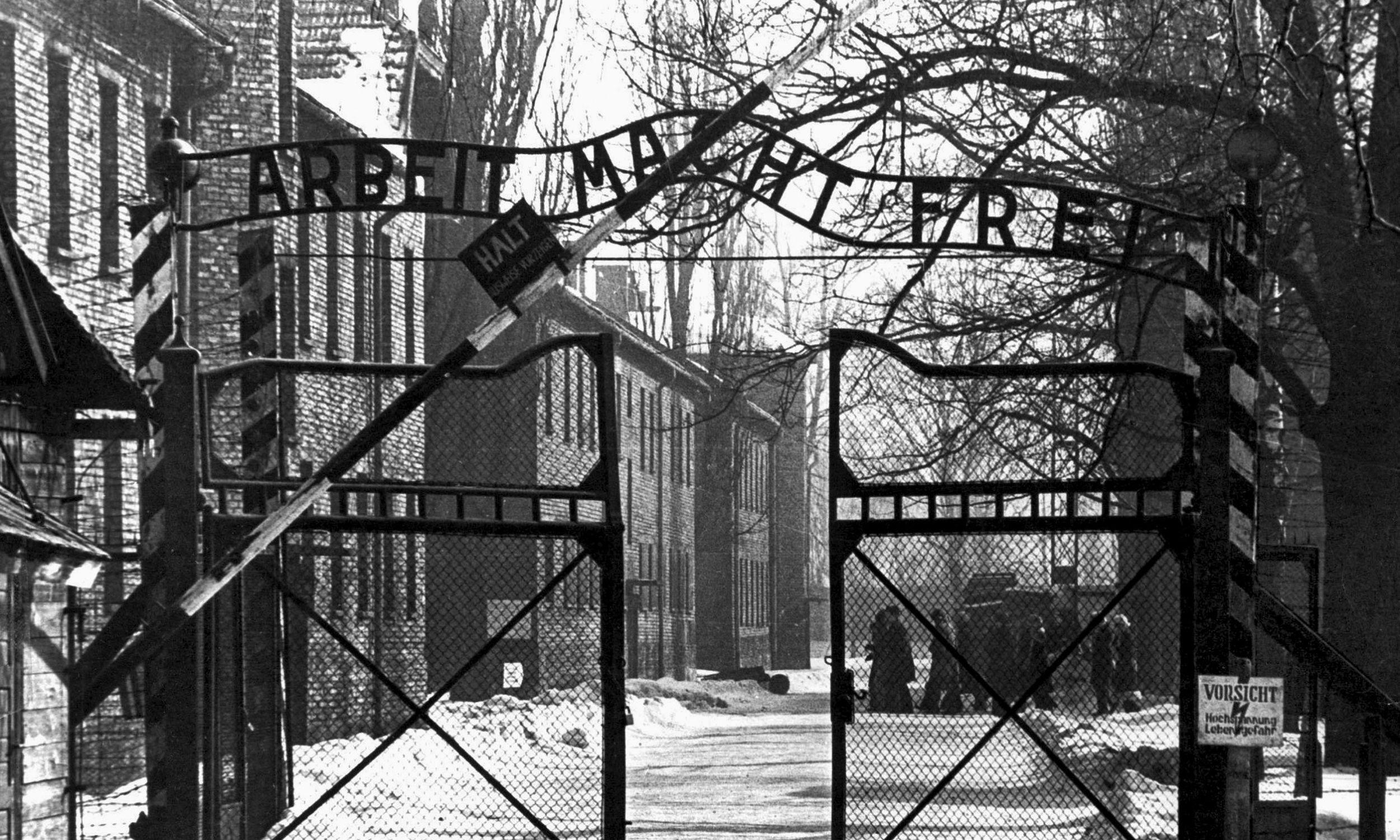 Lata 40., wejście do niemieckiego nazistowskiego obozu koncentracyjnego i zagłady Auschwitz I. Fot. Mondadori Portfolio via Getty Images