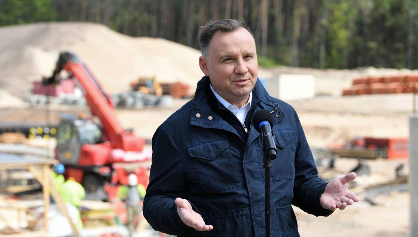 Prezydent Andrzej Duda na terenie budowy kanału żeglugowego na Mierzei Wiślanej w miejscowości Skowronki (aldg) PAP/Adam Warżawa