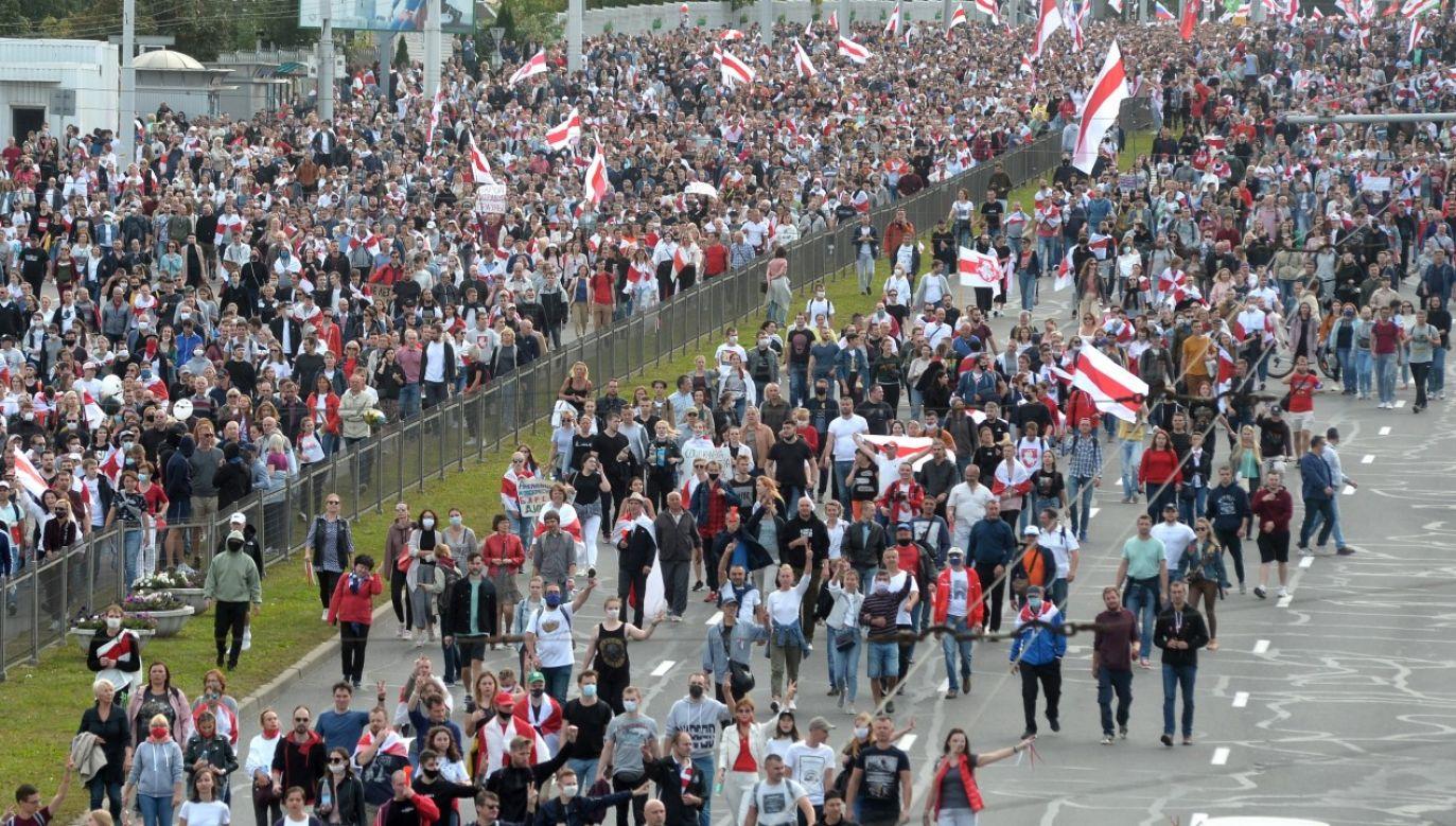 Protestujący maszerują na wiecu przeciwko wynikom wyborów prezydenckich w Mińsku 13 września 2020r. (fot. PAP/EPA/STRINGER)