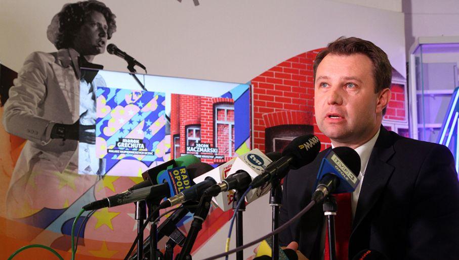 Prezydent Opola Arkadiusz Wiśniewski podczas konferencji prasowej (fot. PAP/Krzysztof Świderski)