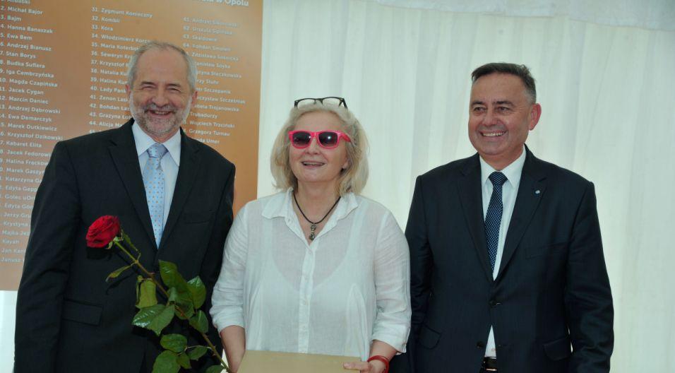 Magda Umer odbiera jubileuszową nagrodę (fot. Ireneusz Sobieszczuk/TVP)