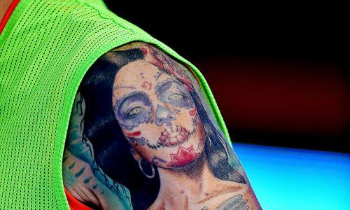 Dzieło sztuki czy kicz na ramieniu Alberto Moreno z Liverpoolu. Fot. Andrew Powell/Liverpool FC via Getty Images