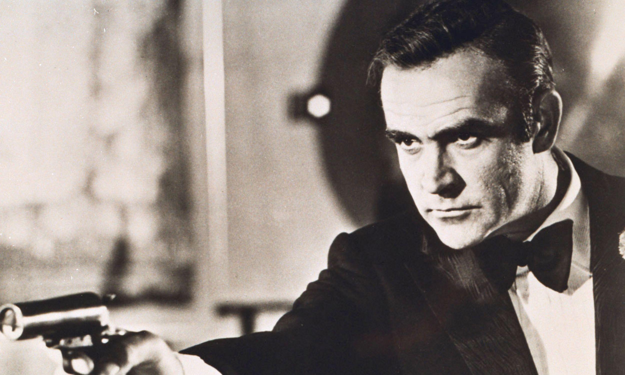 """Postać Jamesa Bonda zdefiniował zwalisty Sean Connery (na zdjęciu w filmie """"Diamenty są wieczne/ Diamonds are forever""""  z 1971 r., w reż. Guy'a Hamiltona), który równie dobrze prezentował się w smokingu…. Fot. arch. TVP"""
