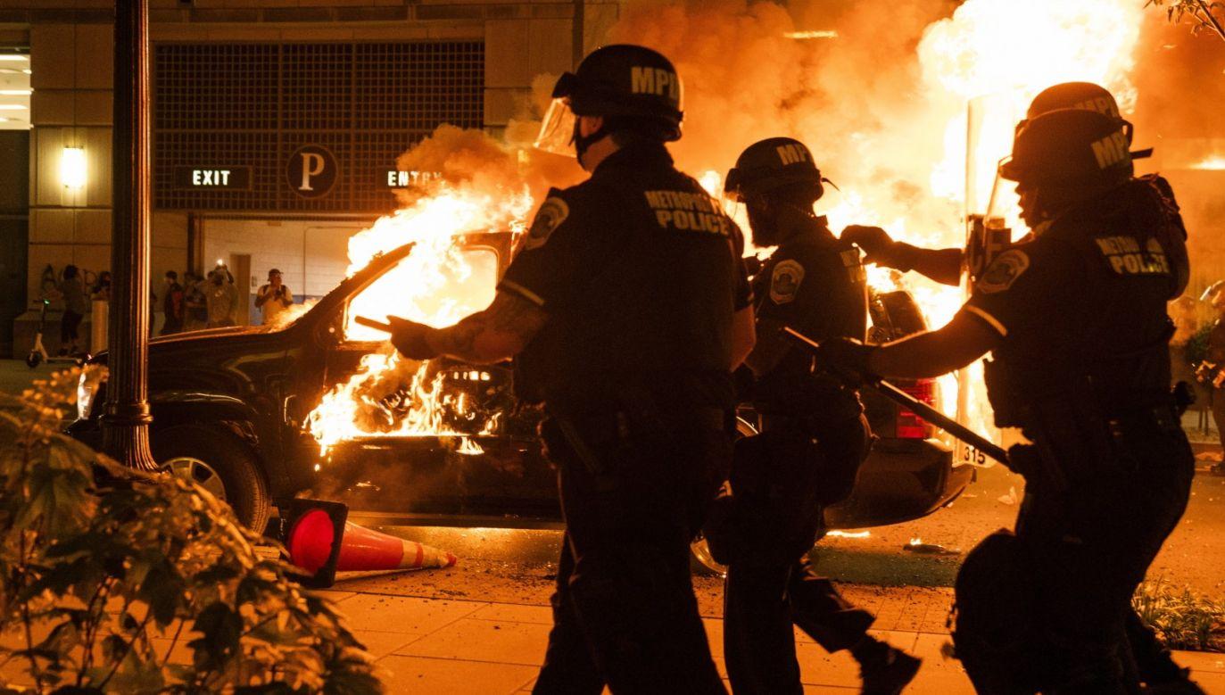 W Minneapolis demonstracje po zabiciu czarnoskórego mężczyzny przez policję trwają już piątą noc (fot. PAP/EPA/JIM LO SCALZO)