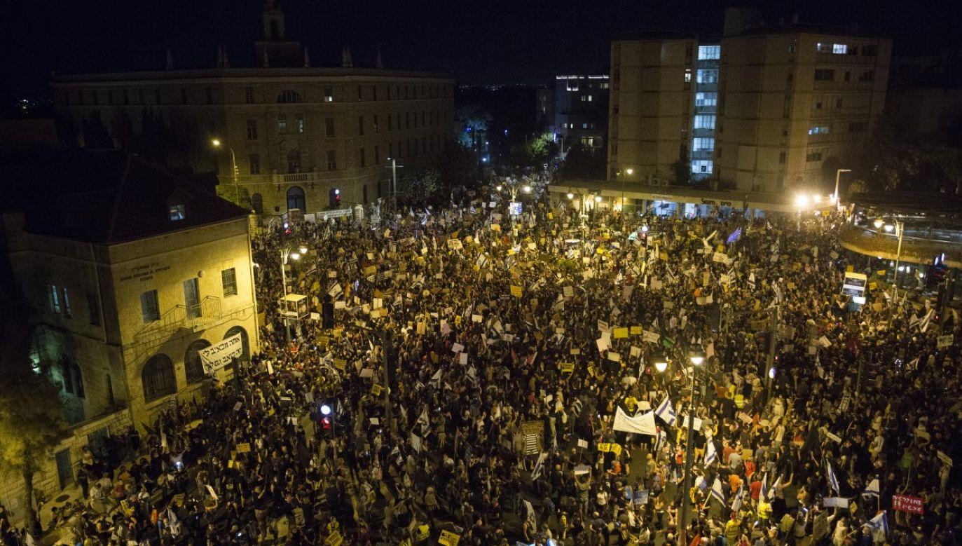 Kilka tysięcy demonstrantów zgromadziło się w sobotę przed oficjalną rezydencją premiera Izraela Benjamina Netanjahu w Jerozolimie (fot. Amir Levy/Getty Images)