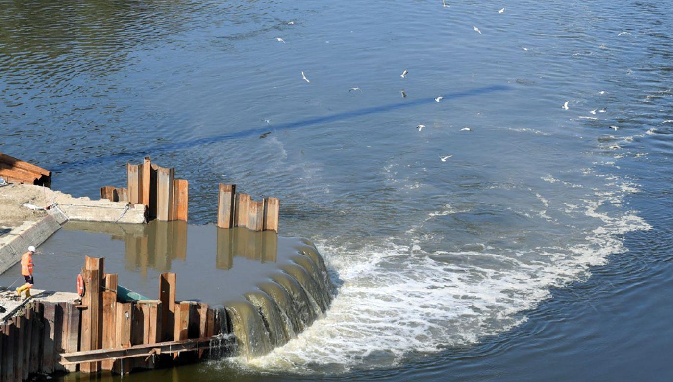 W wyniku awarii do Wisły spłynęło już kilka milionów metrów sześciennych ścieków (fot. PAP/Radek Pietruszka)