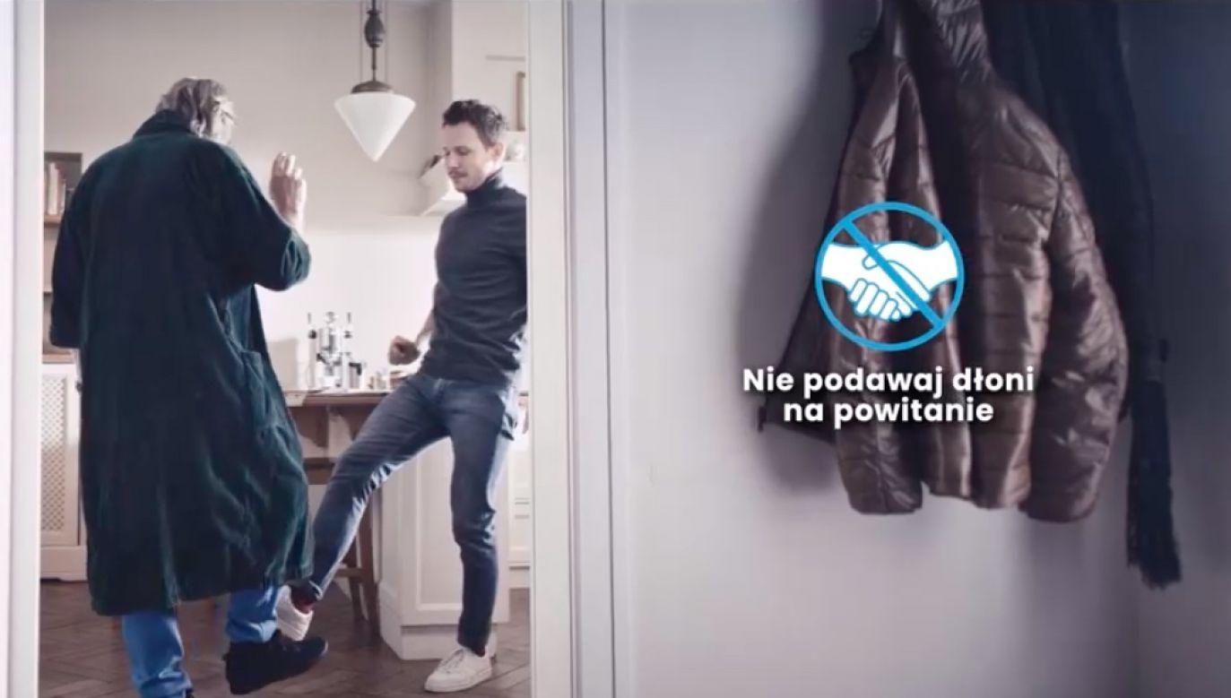 W spocie nowej kampanii profilaktycznej dorosły syn wyjaśnia ojcowi, jak zachowywać się w obliczu zagrożenia koronawirusem (fot. Facebook/ Mateusz Morawiecki)