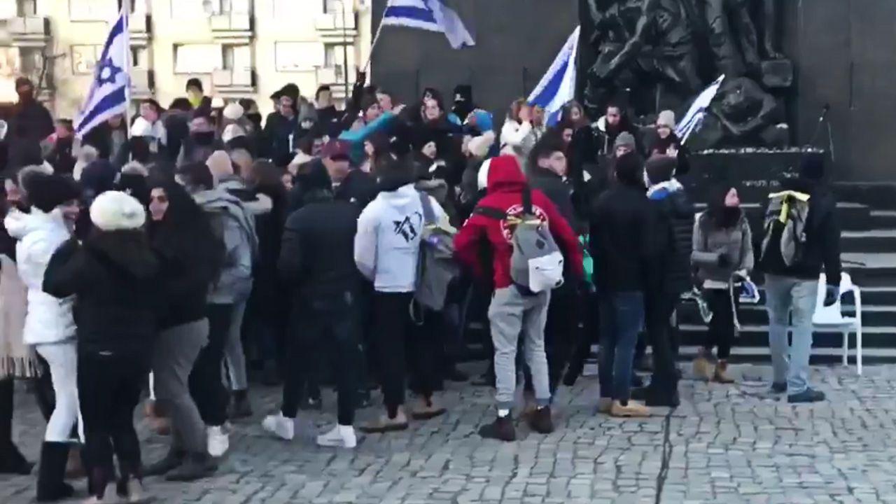 Dariusz Matecki z prawicowyinternet.pl rozmawiał z młodymi ludźmi, którzy uczestniczyli w wydarzeniu (fot. tt/@DariuszMatecki)