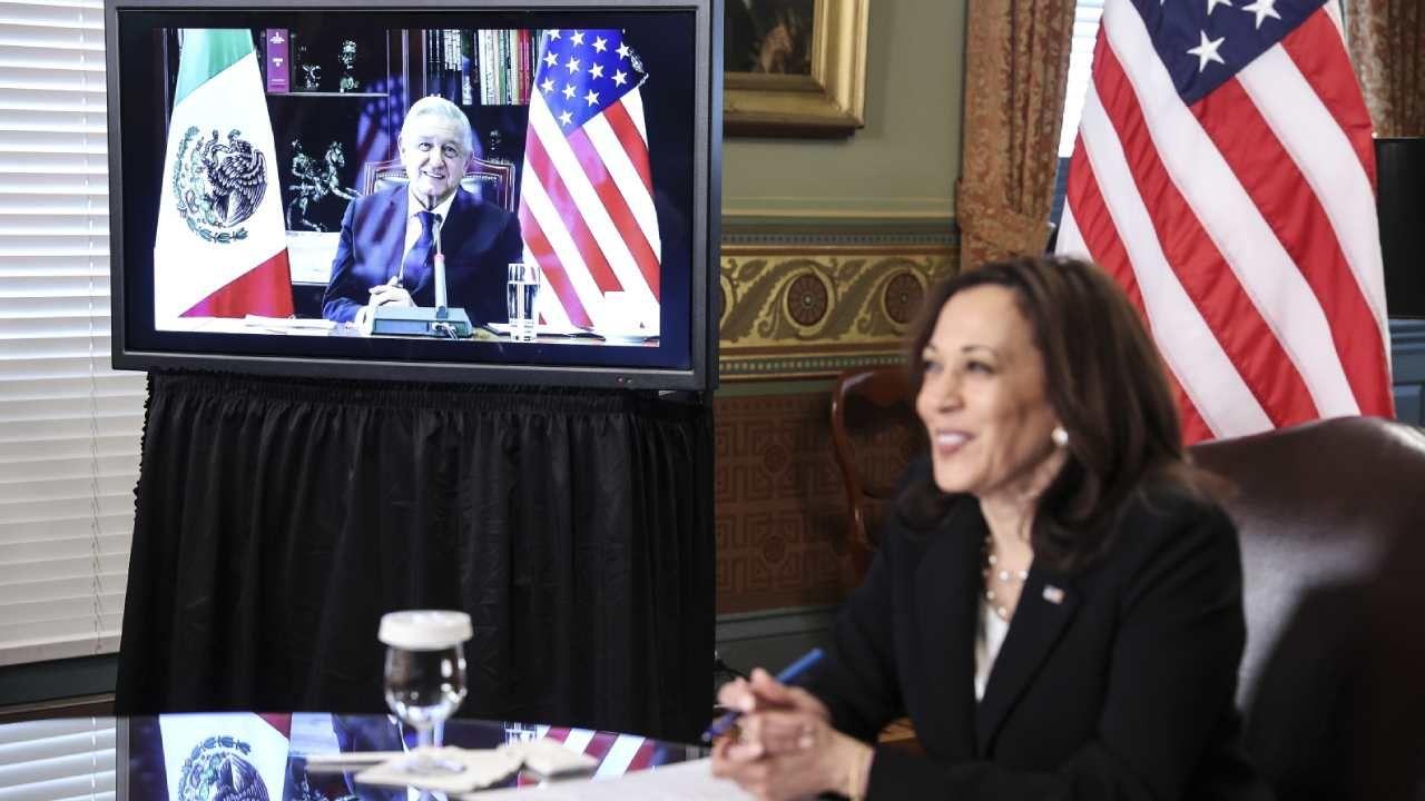 Prezydent Meksyku Andres Manuel Lopez Obrador i wiceprezydent USA Kamala Harris  odbyli wideokonferencję (fot. PAP/EPA/OLIVER CONTRERAS / POOL)