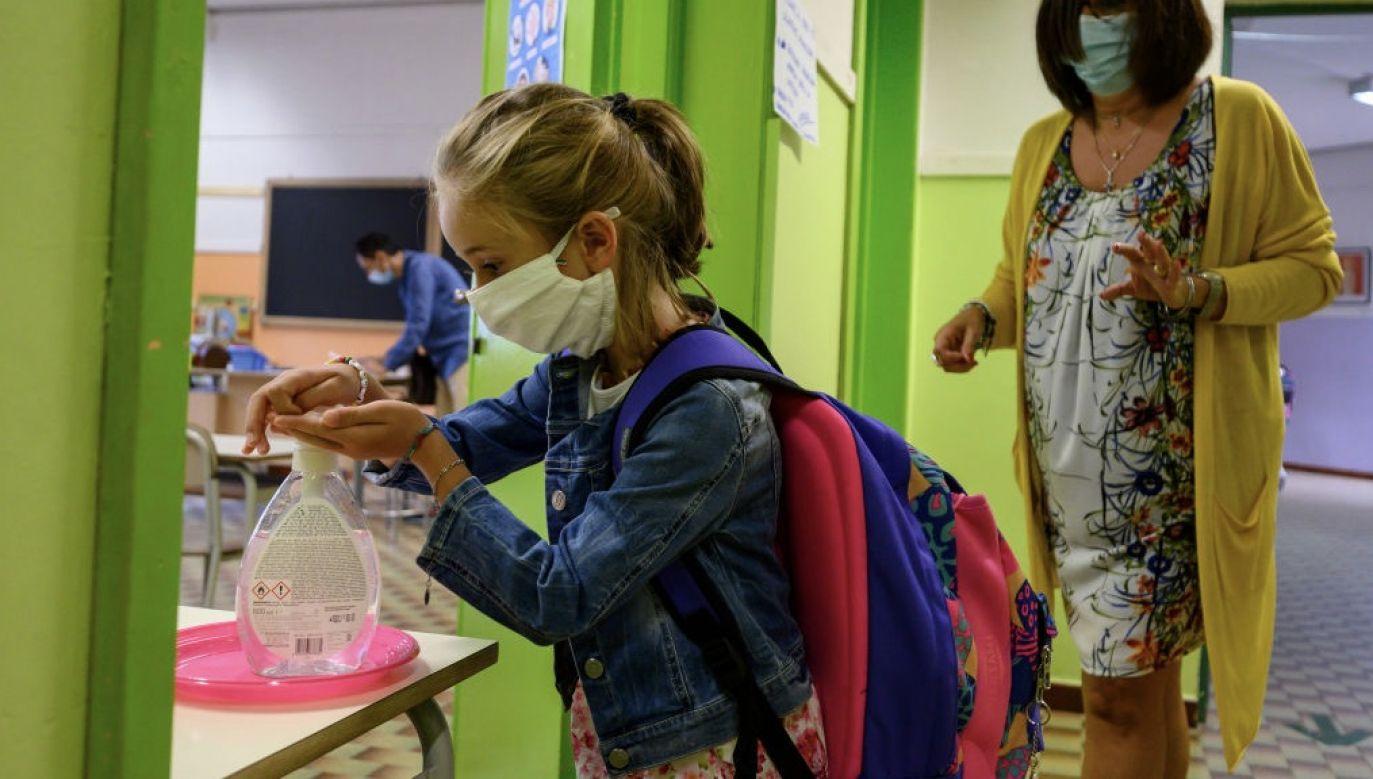O sytuacji szkolnej opowiedział Tomasz Ziewiec, dyrektor Szkoły Podstawowej nr 25 im. Komisji Edukacji Narodowej w Warszawie (fot. Diego Puletto/Getty Images)
