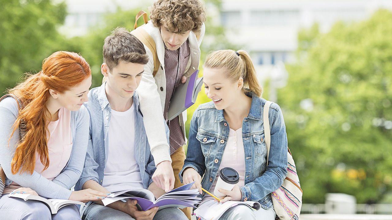 Coraz więcej studentów mieszka u rodziny i znajomych (fot. Shutterstock)