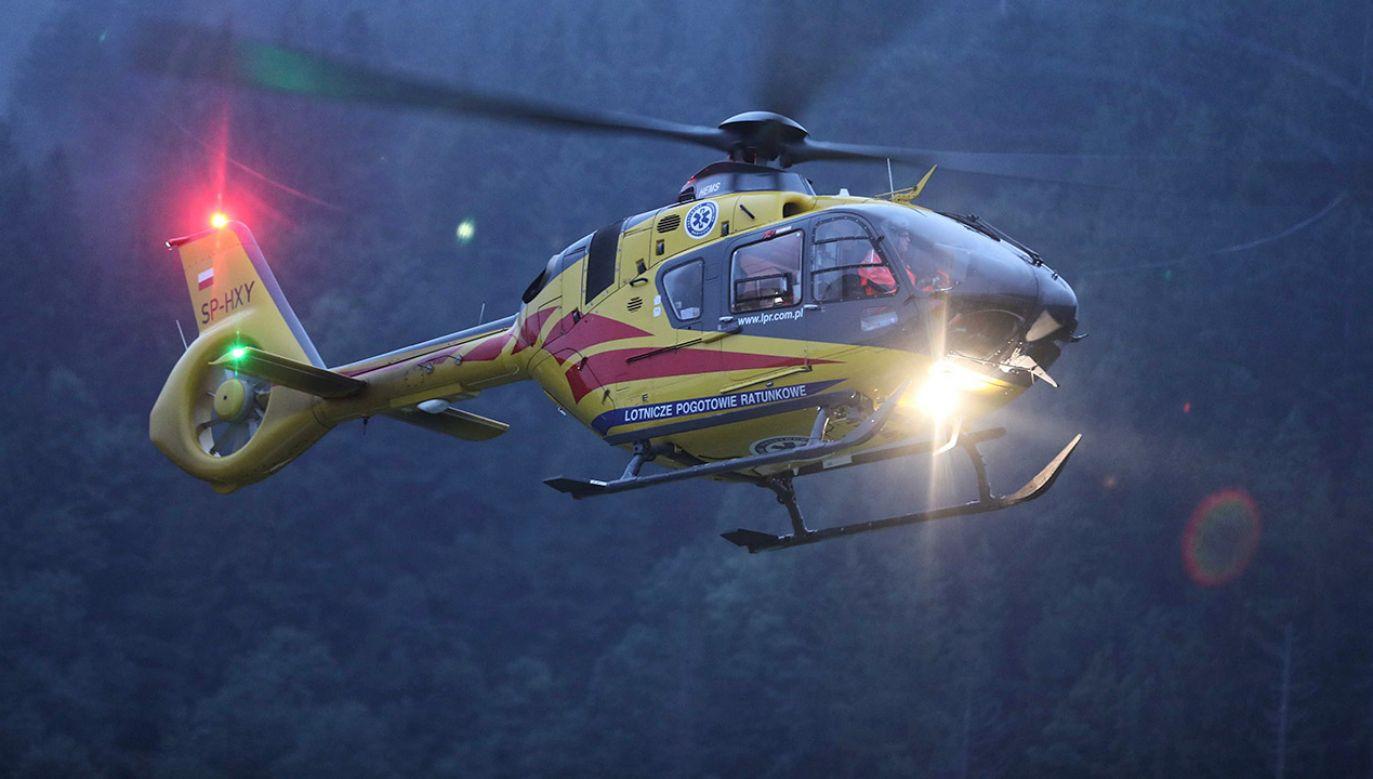 Śmigłowiec Lotniczego Pogotowia Ratunkowego transportujący rannych do szpitala w Zakopanem (fot. PAP/Grzegorz Momot)