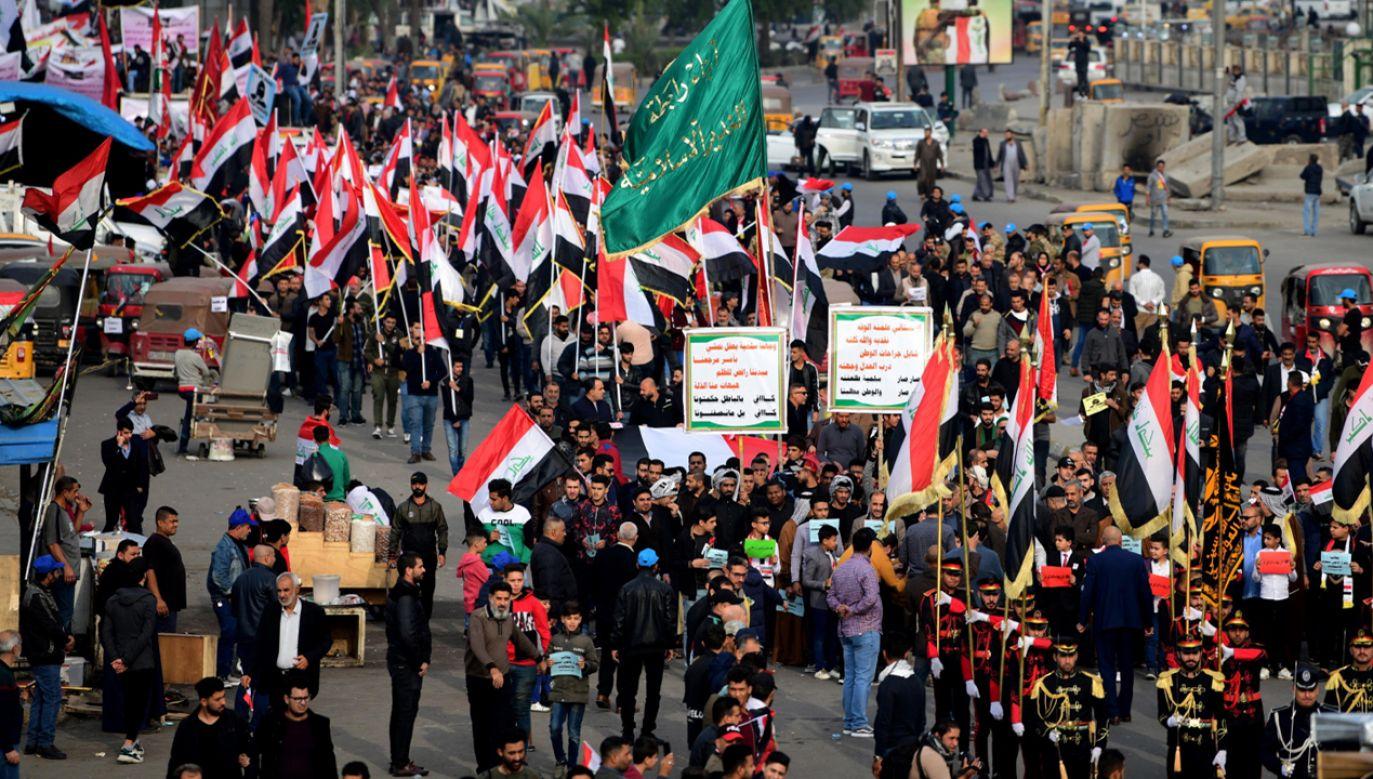 Napastnicy ostrzelali z okien samochodu pokojową manifestację na placu Tahrir w Bagdadzie (fot. PAP/EPA/MURTAJA LATEEF)