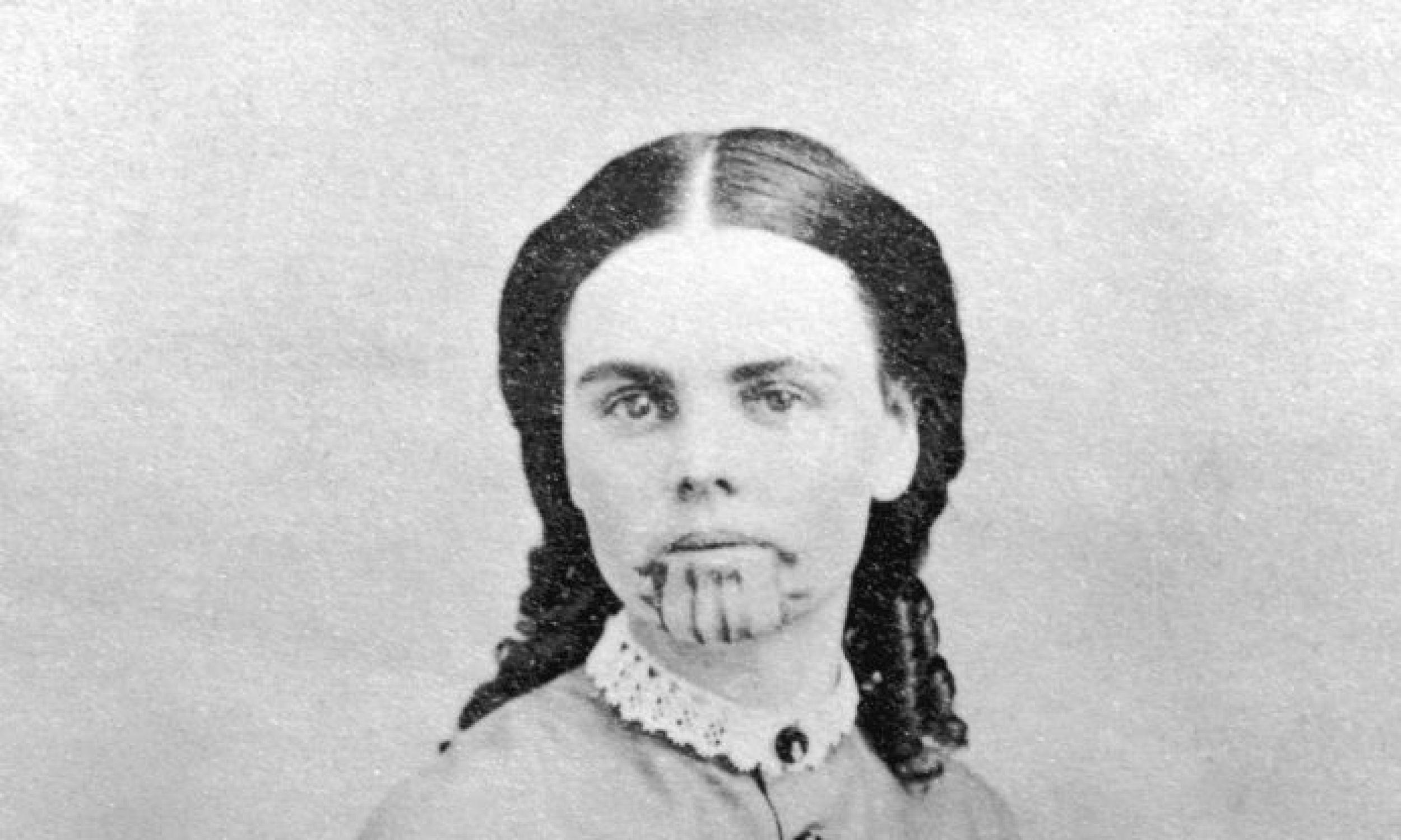 Olive Oatman, która w XIX wieku została pojmana przez Indian (przeżyła ich atak jako jedyna w rodzinie) i wytatuowana na znak niewolnictwa. Podobnie neiwolników (i skazańców)  oznaczali Rzymianie, nzy lud żyjące niegdyś nad Dunajem. Fot. Hulton Archive/Getty Images