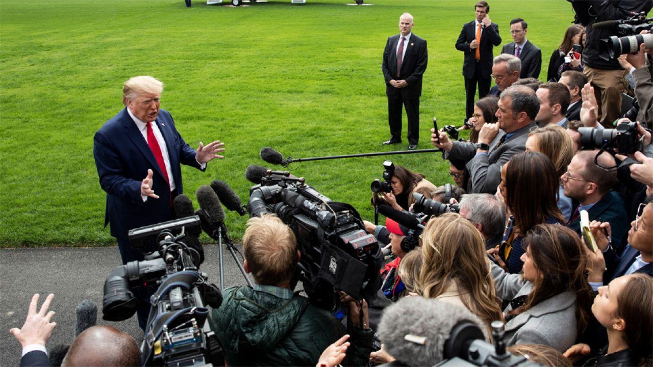 Prezydent Donald Trump odpiera zarzuty Demokratów (fot. PAP/EPA/MICHAEL REYNOLDS)