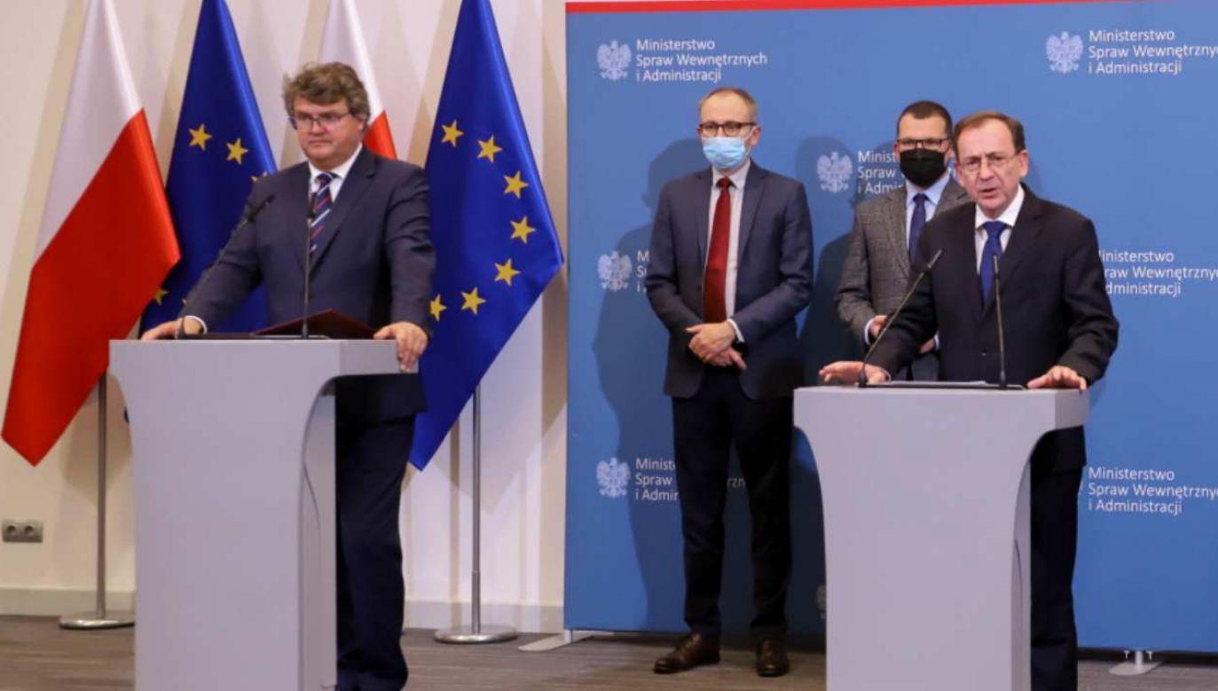 Szef MSWiA Mariusz Kamiński i wiceszef Maciej Wąsik na konferencji prasowej (fot. PAP/Zofia Bichniewicz)