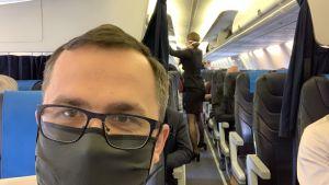 Marcin Horała na pokładzie samolotu LOT (fot. Twitter.com/MarcinHorala)