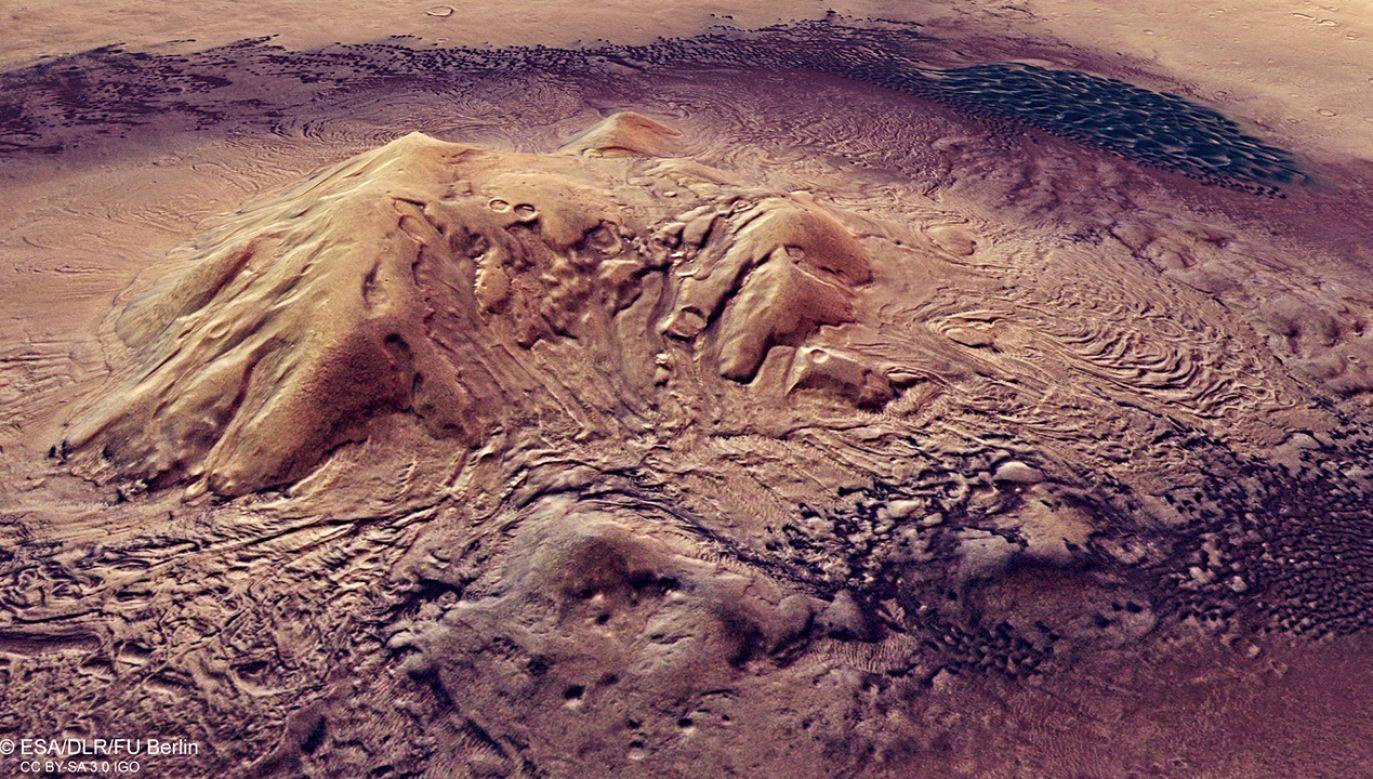 Krater Moreux ma owalny kształt, a odległość między jego najodleglejszymi krawędziami wynosi około 135 km (fot. ESA/DLR/FU Berlin)