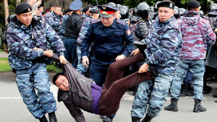 Służby wyłapują demonstrantów (fot. arch. PAP/EPA/IGOR KOVALENKO)