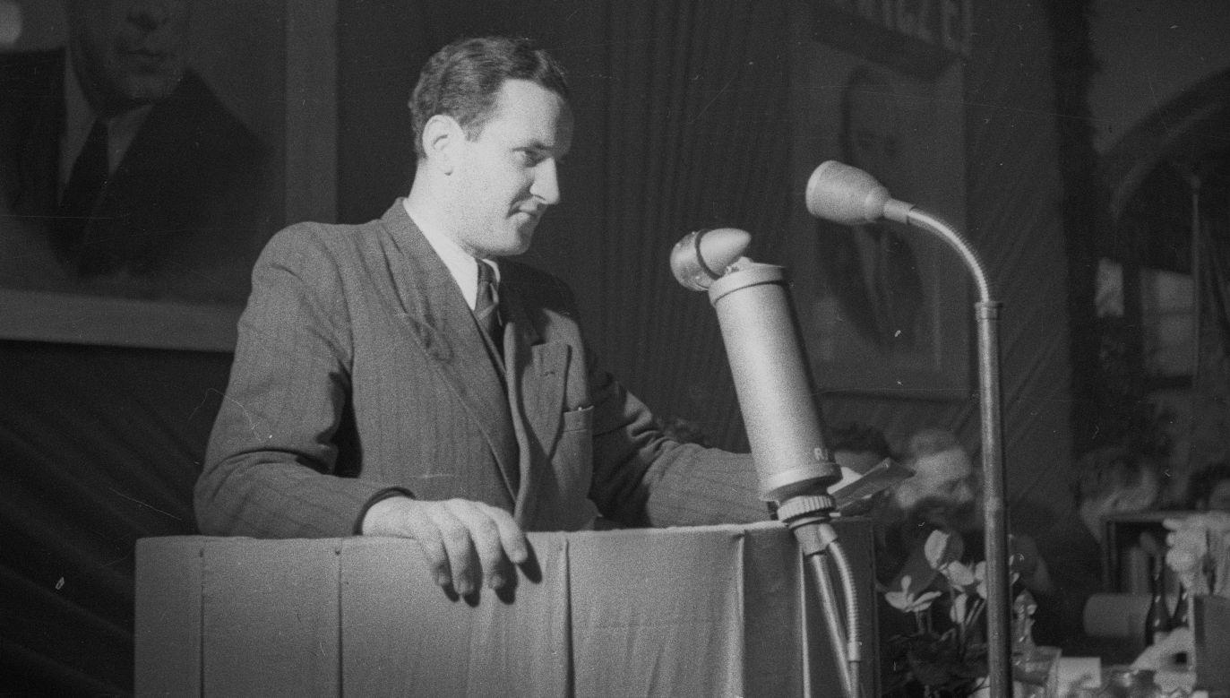 Stanisław Dygat w listopadzie 1948 na trybunie podczas wrocławskich wyborów kandydatów na zjazd zjednoczeniowy PPS i PPR. Fot. PAP