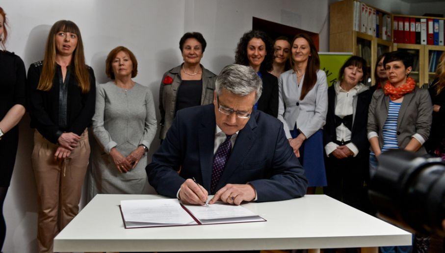 Prezydent Bronisław Komorowski ratyfikował konwencję o zapobieganiu i zwalczaniu przemocy wobec kobiet i przemocy domowej (fot. PAP/Marcin Obara)