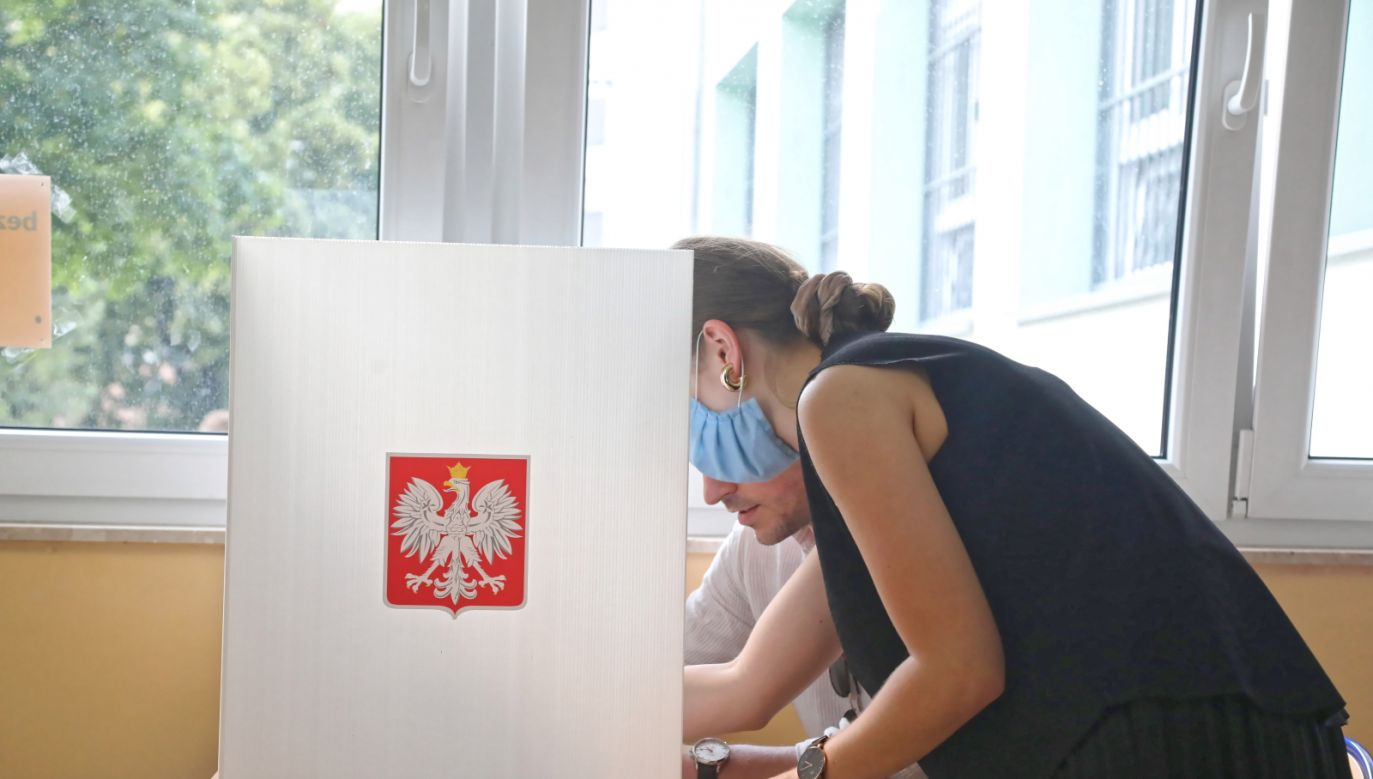 Wniosek o wydanie zaświadczenia można złożyć osobiście, faksem lub mailem (fot.PAP/Wojciech Olkuśnik)