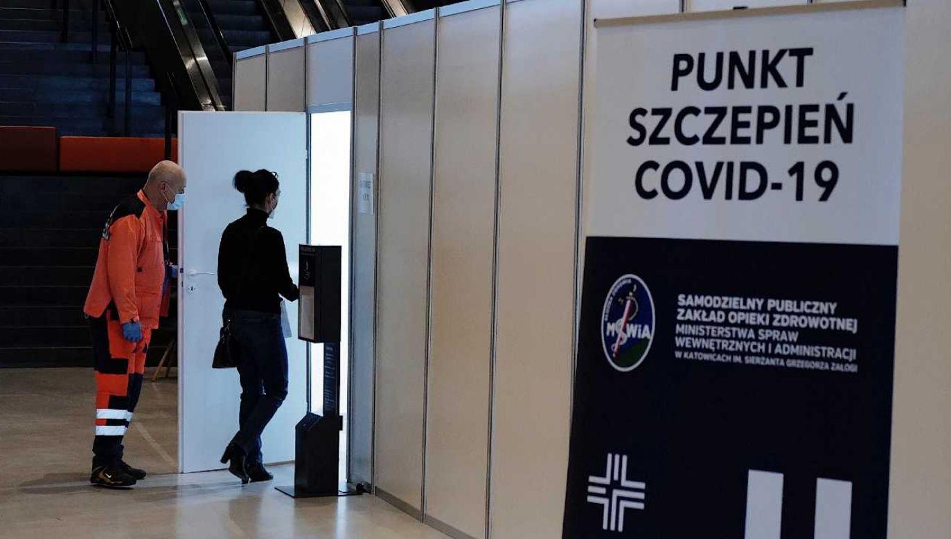 Ruszyły zapisy seniorów po osiemdziesiątce na szczepienia przeciw COVID-19 (fot. PAP/Andrzej Grygiel)
