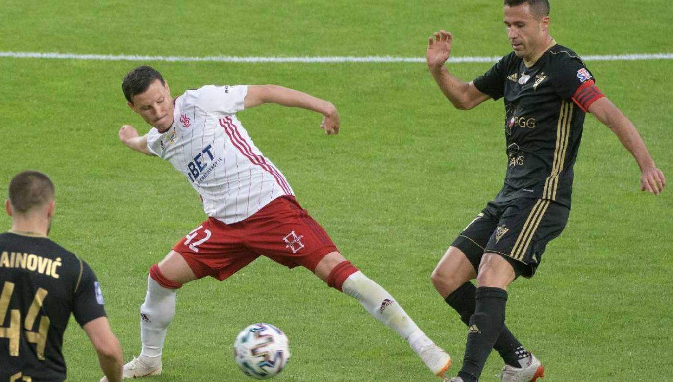 Piłkarze ŁKS (białe koszulki) wracają do I ligi (fot. PAP/Grzegorz Michałowski)